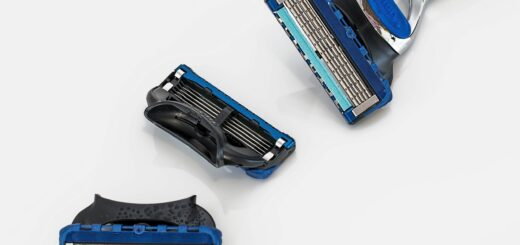 blue razor and its parts